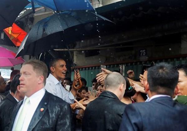 Tổng thống Obama dừng chân trú mưa tại một quán hàng ở làng Mễ Trì, Từ Liêm, Hà Nội trước khi ra sân bay vào TP.HCM