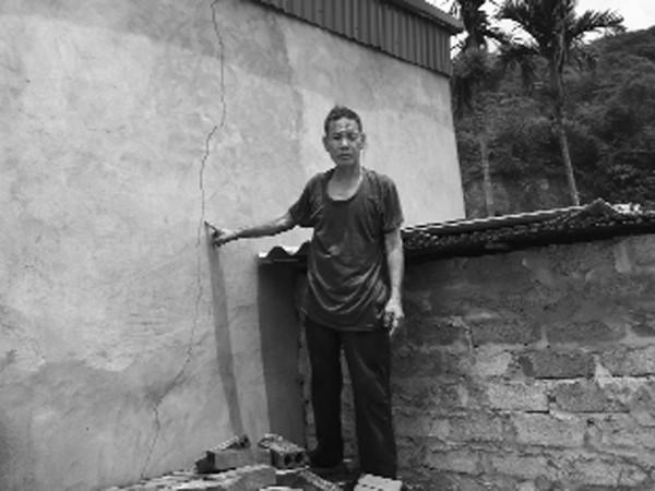 Vết nứt trên tường và viên đá rơi vào nhà ông Hiển do việc nổ mìn của các mỏ đá
