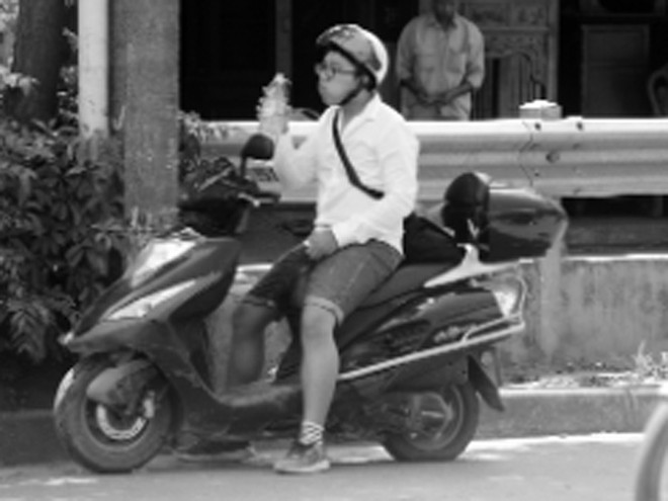Tranh thủ uống nước ngay trên đường