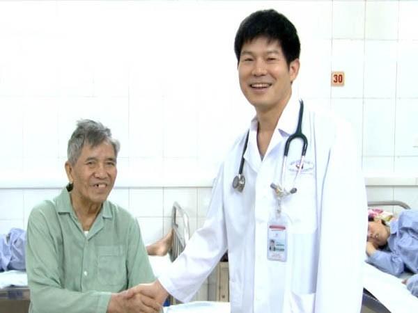 TS.BS Nguyễn Sinh Hiền - Phó Giám đốc Bệnh viện Tim Hà Nội thăm hỏi, chúc mừng sức khỏe bệnh nhân Nguyễn Xuân Toàn