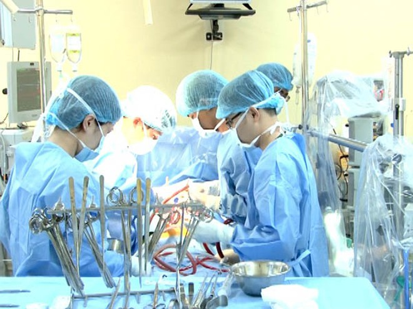 Các bác sĩ Bệnh viện Tim Hà Nội thực hiện ca phẫu thuật