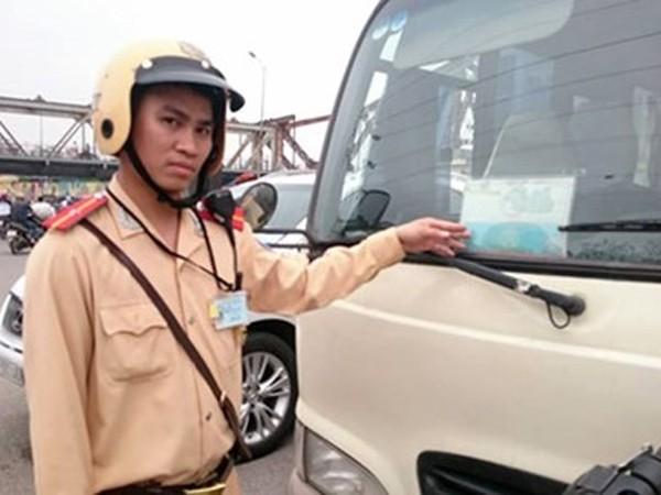 CSGT phát hiện nhiều xe khách mạo nhận xe hợp đồng để dừng đỗ đón trả khách trên đường