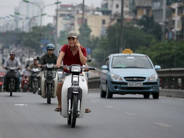 Vừa không đội mũ bảo hiểm, vừa nghe điện thoại khi đi xe máy, trường hợp này sẽ phải chịu 2 mức phạt nặng