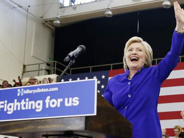 Bà Hillary Clinton phát biểu trước hàng nghìn người ủng hộ