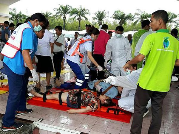 Du khách được đưa lên cáng chuyển tới bệnh viện cấp cứu