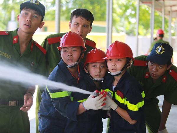 Các em học sinh thích thú trải nghiệm làm lính cứu hỏa