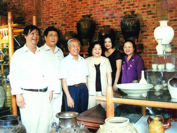 Nguyên Chủ tịch Quốc hội Nguyễn Văn An, nguyên Phó Chủ tịch nước Trương Mỹ Hoa, nguyên Bí thư Tỉnh ủy Bình Định Vũ Hoàng Hà chụp hình kỷ niệm cùng gia đình ông Hảo tại Bảo tàng Gốm cổ