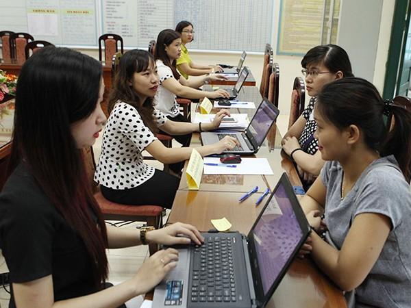 Từ sáng sớm 16-6, nhiều phụ huynh học sinh đã đến trường Tiểu học Thanh Xuân Trung nhờ đăng ký trực tuyến - Ảnh: ANH THƯ
