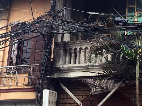 Hiện trường vụ cháy tại Định Công, Hoàng Mai trụ điện áp sát tường cháy lan vào nhà dân