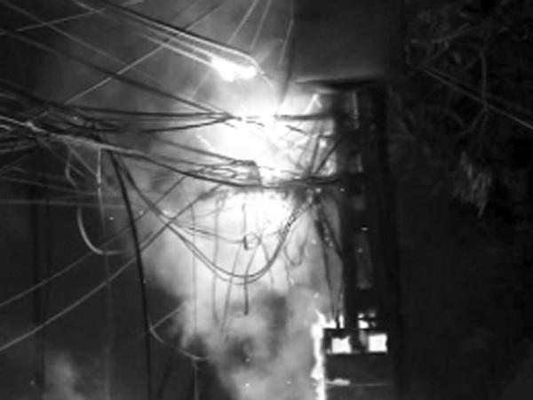 Trụ điện áp sát tường cháy lan vào nhà dân tại phường Định Công, (quận Hoàng Mai, Hà Nội)