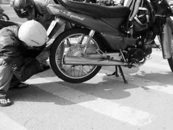 Rải đinh, vật sắc nhọn trên đường gây mất an toàn cho người đi đường