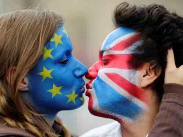 Đôi bạn trẻ vẽ cờ Anh và EU lên mặt để biểu thị sự ủng hộ ở lại ngôi nhà chung châu Âu