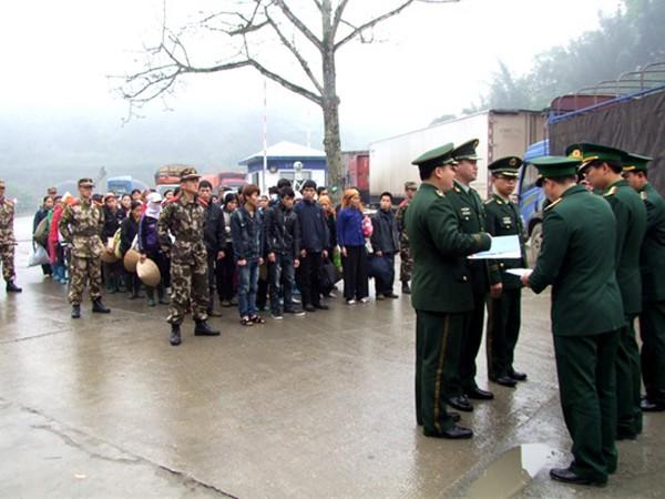 Lực lượng Công an Trung Quốc bàn giao lao động nhập cảnh trái phép vào Trung Quốc cho lực lượng Bộ đội Biên phòng Việt Nam