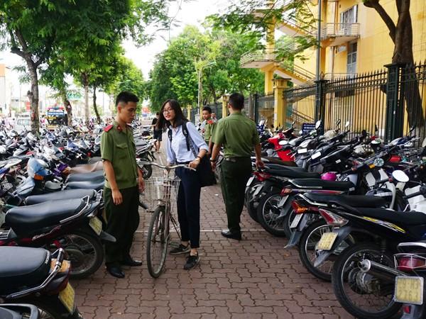 Thanh niên CATP Hà Nội tiếp sức thí sinh vượt vũ môn