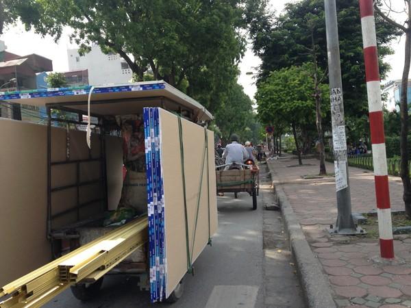 Xe ba bánh, xe tự chế dạng cải tiến kéo cũng hoạt động rầm rộ trên các tuyến phố nội đô (ảnh chụp tại đường Láng)
