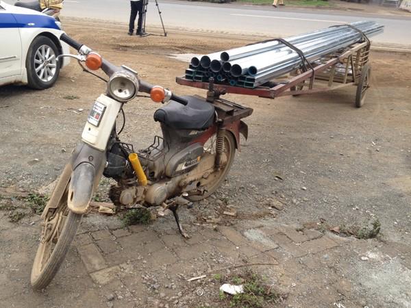 Những chiếc xe cải tiến được thiết kế gắn vào đuôi xe máy đi trên đường như những khẩu pháo vô cùng nguy hiểm