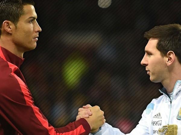 """Ronaldo (trái) giờ đã ở """"mâm trên"""" so với Messi"""