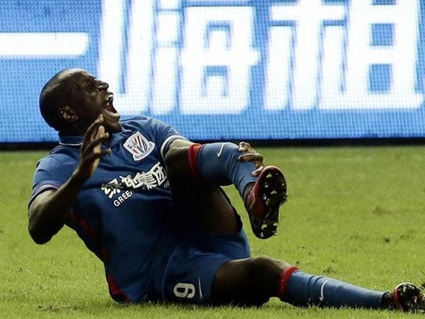 Demba Ba đau đớn với chiếc chân trái bị gãy gập