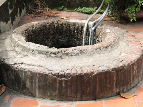 Giếng Đoài Khê vẫn được người dân dùng máy hút nước về nhà