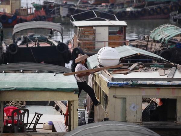 Một ngư dân gia cố thuyền của mình ở một cảng thuộc tỉnh Quảng Đông vào ngày 1-8