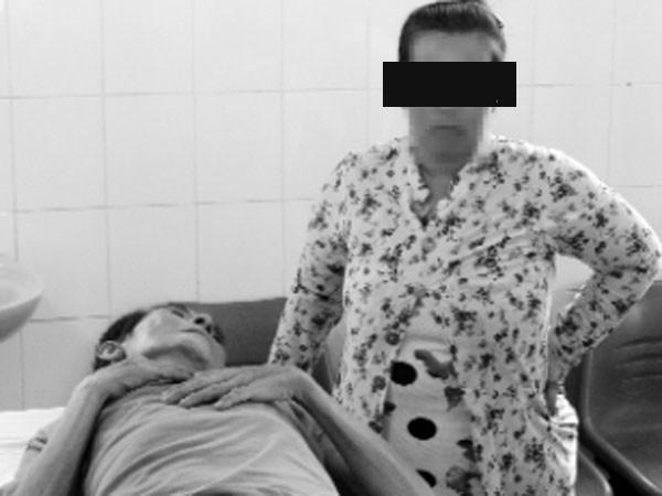 Nguyễn Thành Cư được một người vợ chăm sóc tại Bệnh viện Kiên Lương, tỉnh Kiên Giang