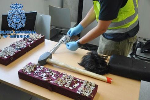 """Cảnh sát thu giữ trang sức, súng của thành viên nhóm """"Báo hồng"""""""