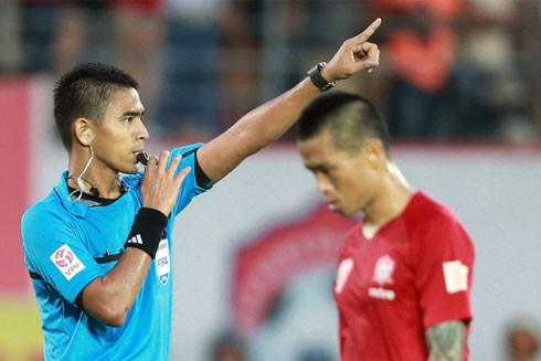 Trọng tài Nasaruddin rút ra tới 4 thẻ vàng, 1 thẻ đỏ nhưng cầu thủ hai đội đều tâm phục, khẩu phục