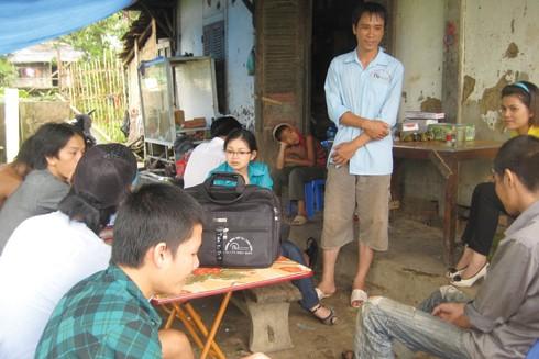 Thi (thanh niên mặc áo xanh, ngồi ngoài cùng) tại điểm tiêm chích ma túy tập trung ở quán tạp hóa cuối bản Xôm, xã Thanh An, huyện Điện Biên, tỉnh Điện Biên