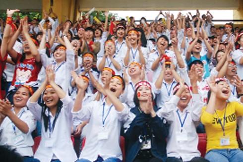 Qua 15 mùa giải bóng đá học sinh THPT Hà Nội, những người tham gia được thể hiện niềm đam mê với trái bóng tròn, tình cảm với mái trường và đồng bào