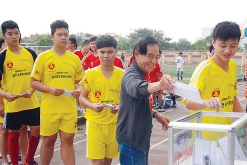BTC giải cùng các đội bóng quyên góp ủng hộ đồng bào miền Trung lũ lụt