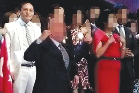 Bộ Công an vừa khởi tố bị can, bắt tạm giam Nguyễn Văn Thông (áo trắng), Phó Tổng Giám đốc Công ty cổ phần thương mại đầu tư Phúc Gia Bảo 868 (Công ty 868), ở quận Cầu Giấy, Hà Nội, để điều tra về tội lừa đảo chiếm đoạt tài sản dưới hình thức kinh doanh đa cấp