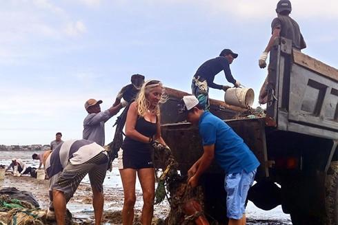 Người nước ngoài tham gia dọn rác tại Mũi Né