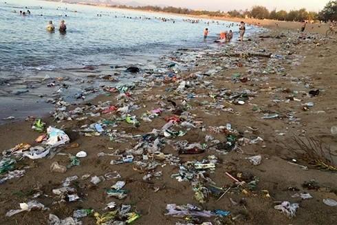 Sau mỗi kỳ nghỉ lễ, rác ngập trên bãi biển là chuyện… thường