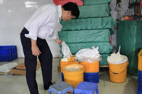Tại cơ sở Tân Hoàng Gia, nguyên liệu làm bánh được chứa đựng trong các thùng không đảm bảo vệ sinh