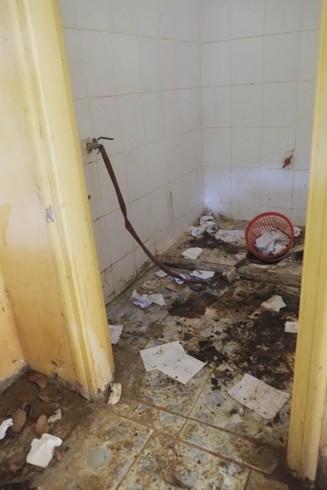 Nhà vệ sinh trường Tiểu học Việt Long không thể sử dụng trong tình trạng này