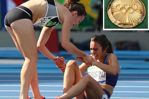 Hành động đẹp của cặp VĐV được trao huy chương Olympic đặc biệt