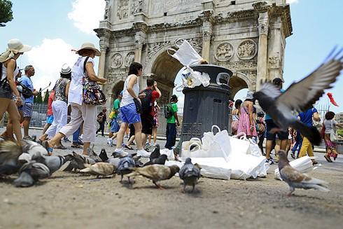 """Cư dân Rome nhiều năm phải """"sống chung"""" với nạn rác xả tràn lan"""