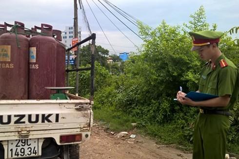 Lực lượng công an xử lý xe chở gas vi phạm an toàn PCCC tại khu vực làng nghề Bát Tràng