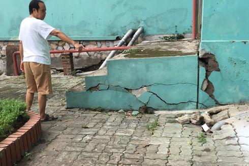 Những vết nứt xuất hiện ở khắp nơi và ngày càng lan rộng
