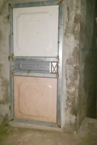 Cửa sắt tại lối ra vào nhà đối tượng Vượng bán lẻ ma túy