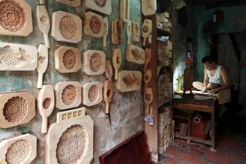 Nghệ nhân Phạm Văn Quang (59 Hàng Quạt) làm khuôn bánh Trung thu (Ảnh của Lê Bích)