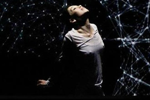 Múa giữa không gian thực ảo