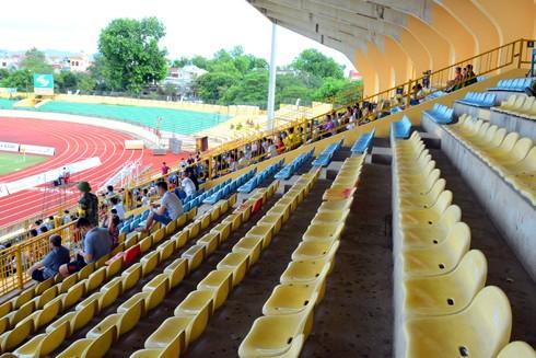 Sự tương phản trên khán đài sân Vinh cùng trong trận gặp Thanh Hóa mùa 2015 (ảnh trên) và mùa 2016