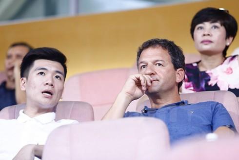 Ông Francisco Lopez (phải) theo dõi 1 trận đấu ở V-League. Ảnh: VIETNAM+