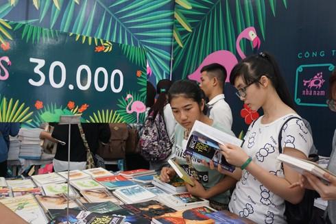 Đông đảo bạn trẻ có mặt trong ngày đầu khai mạc Hội sách