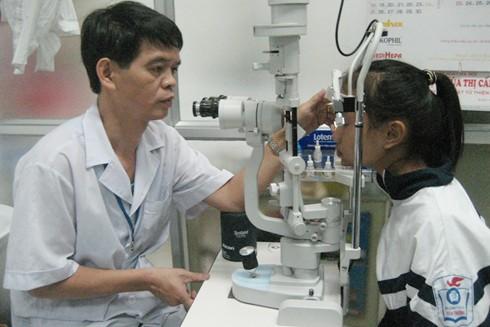 Cho trẻ đi khám khi bị đau mắt, tuyệt đối không tự điều trị