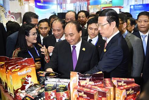 Thủ tướng Nguyễn Xuân Phúc giới thiệu cho Phó Thủ tướng Trung Quốc Trương Cao Lệ về cà phê Việt Nam