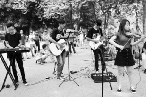 Các bạn trẻ biểu diễn trong không gian phố đi bộ hồ Gươm