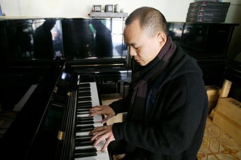 Vũ Nhật Tân thả mình với piano