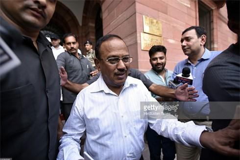 Ông Ajit Doval rời Bộ Nội vụ sau cuộc họp cấp cao về vấn đề Kashmir tháng 7-2016